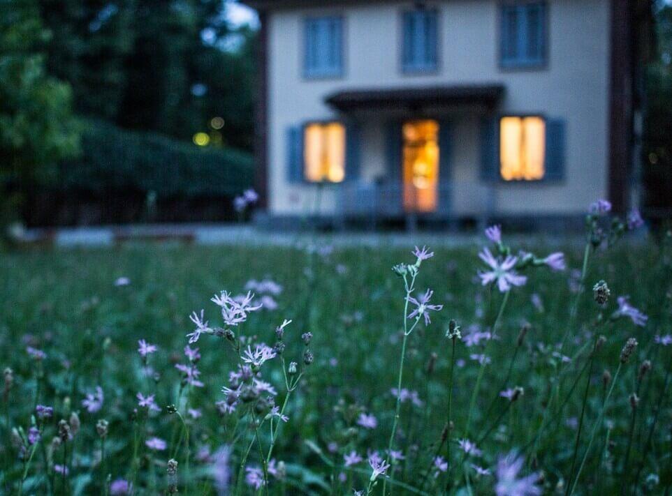 Maison éclairée au fond du jardin