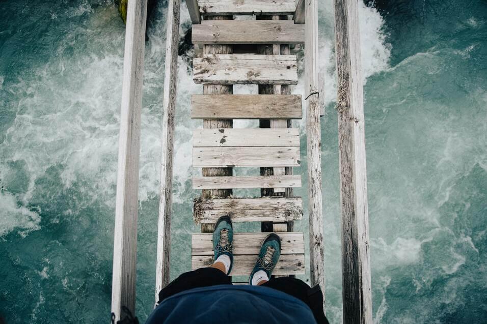 Pont en bois avec chaussures vertes.